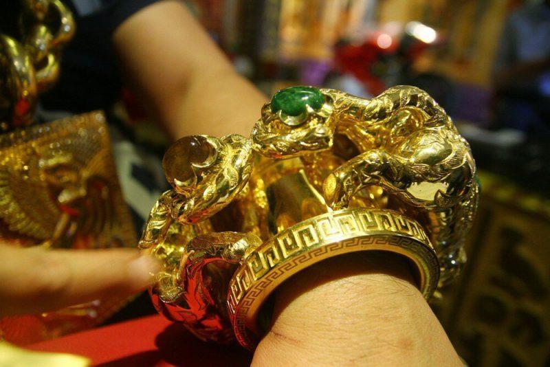 a87555869373 Предприниматель из Вьетнама носит на себе 13 кг золота